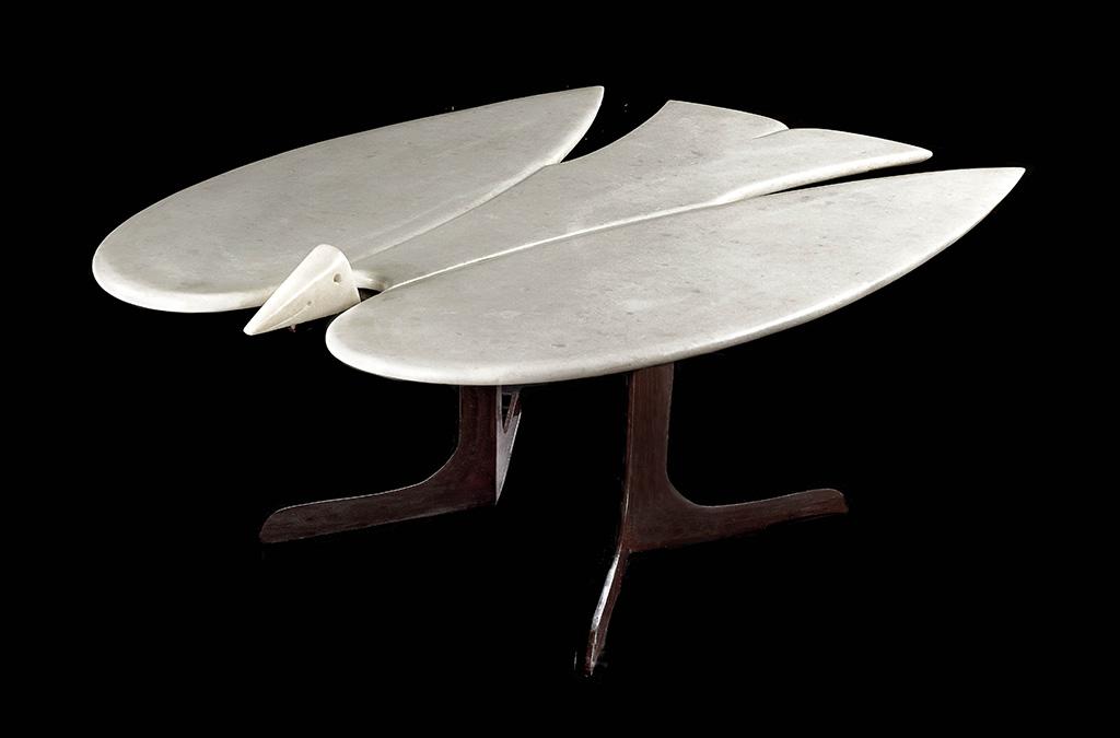 Франсуа-Ксавье Лаланн. Кофейный столик «Мраморная птица». Белый мрамор, металл, лакированный черным лаком. Галерея «L'Arc en Seine», Париж.