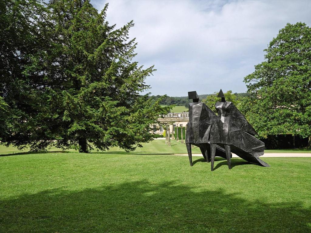 Одним из ярких примеров работы отдела частных продаж Sotheby's доступных публике - ежегодная выставка Beyond Limits в знаменитом британском поместье Чатсворт-хаус. На выставке в приусадебном парке экспонируют масштабные работы известных скульпторов, предоставленных коллекционерами для последущей продажи.