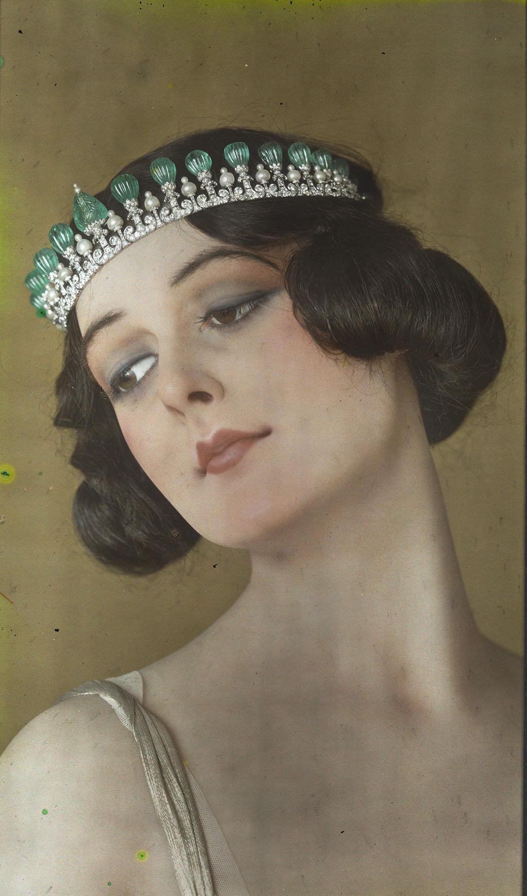Cartier Париж, 1923 Факсимиле автохрома (серебряно-желатиновая печать на стекле) На восковом манекене представлена диадема-бандо, выполненная из платины, изумрудов, жемчуга и бриллиантов