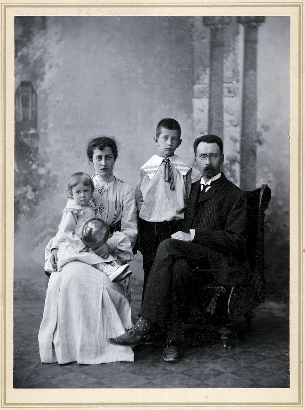 Алексей Александрович Бахрушин с семьей