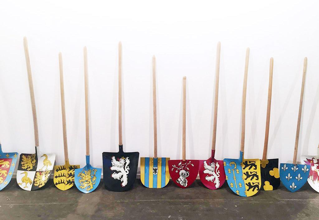"""Инсталляция Вима Дельвуа """"Без названия (12 лопат)"""" 1990 года в галерее Rodolphe Janssen"""