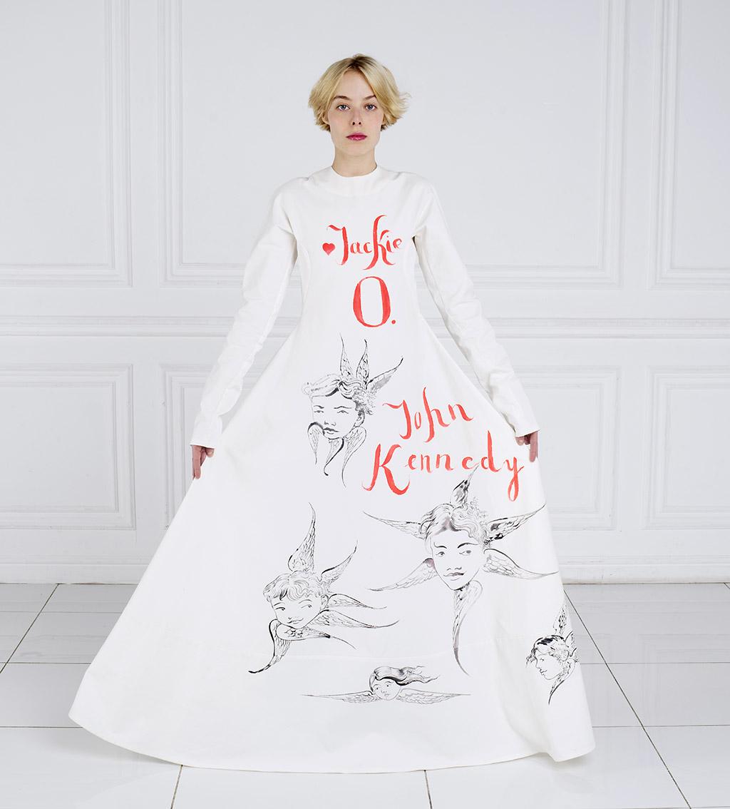 Белое платье к проекту «Секретные рисунки Жаклин О.» в галерее «Julie Saul» в Нью-Йорке Фото: Сергей Рогов, Наталия Тазбаш