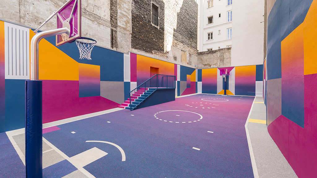 Яркий баскетбольный корт в Париже